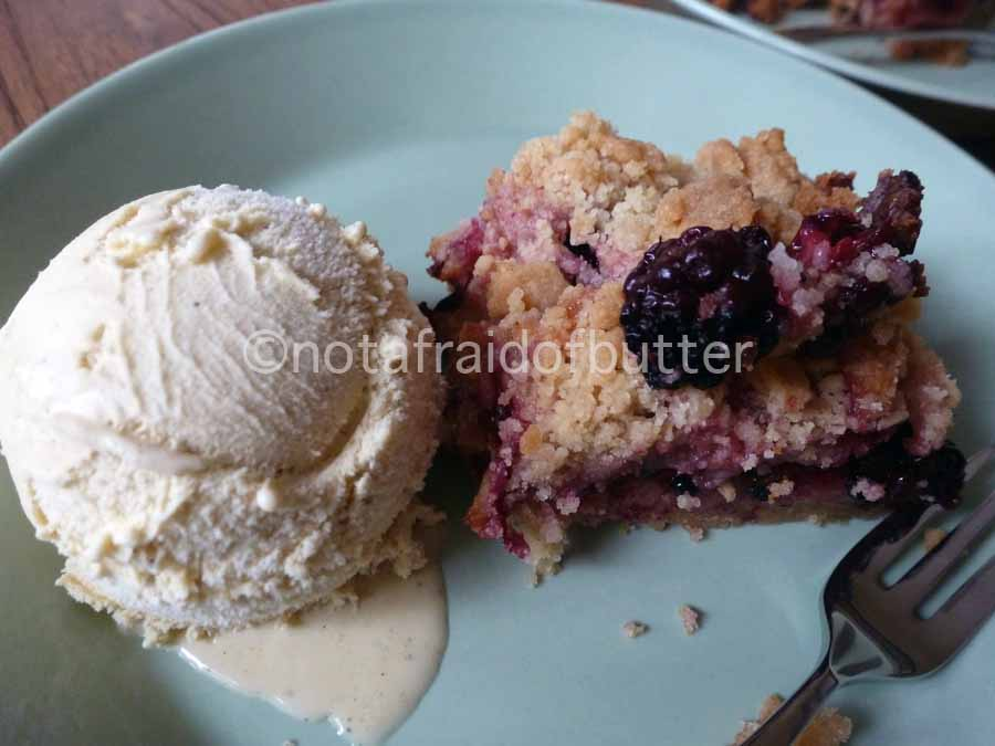 notafraidofbutter.nl | blackberry pie with vanille ice