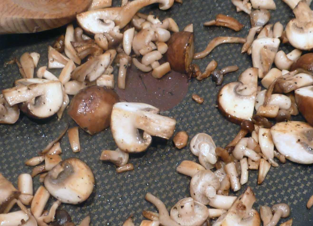 notafraidofbutter.nl   searing the mushrooms