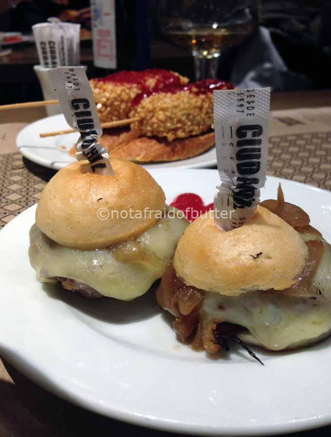 notafraidofbutter.nl   Barcelona - montadito de hamburguesa mini con cebolla confitada@ciudad condal