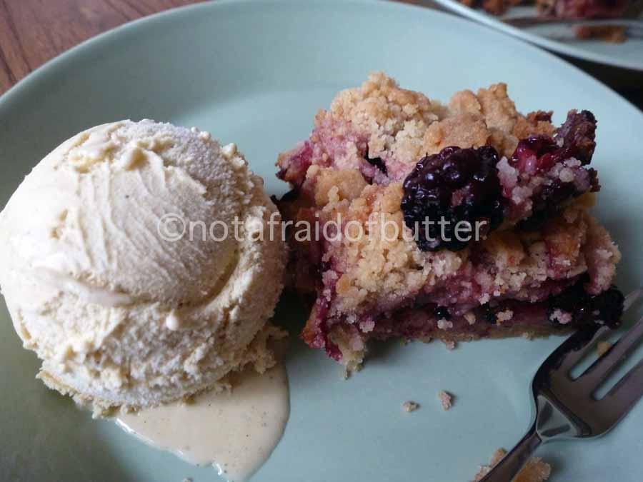 notafraidofbutter.nl   blackberry pie with vanille ice
